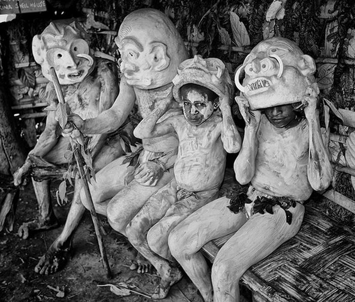 Маски в племени асаро мудмен носят и взрослые, и дети