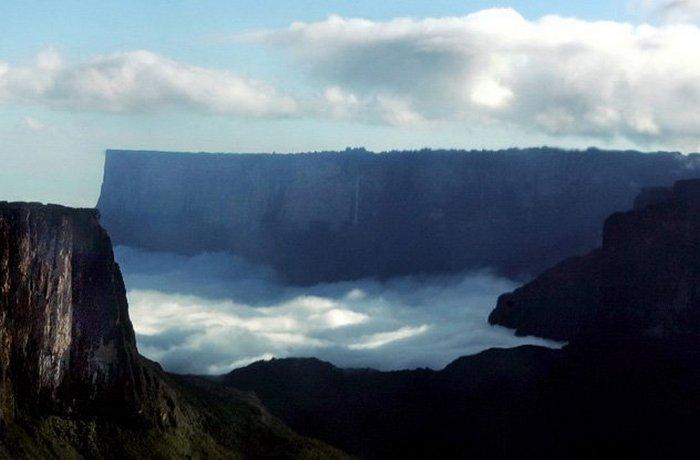 Древняя Гора Рорайма - популярная туристическая достопримечательность.