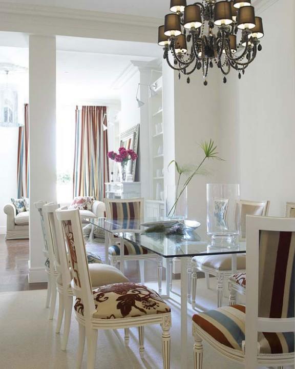 Стеклянный стол в интерьере гостиной