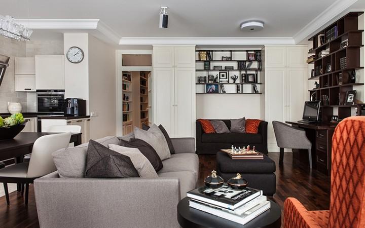 <p>Автор проекта: Дина Салахова.</p> <p>Опенспейс гостиной - столовой - кухни обычно имеет сложную конфигурацию. В таком пространстве ниши очень функциональны. В них можно разместить и книжные полки, и диван, и кухонную мебель.</p>