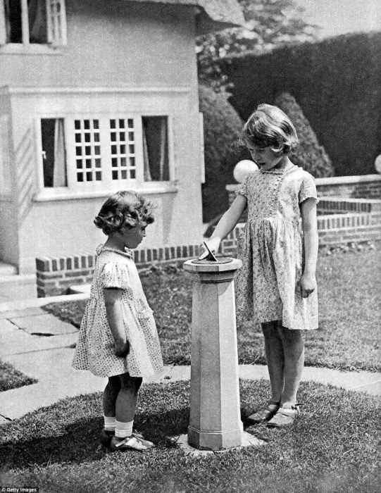 Будущая королева Великобритании и её младшая сестра. / Фото: www.dailymail.co.uk