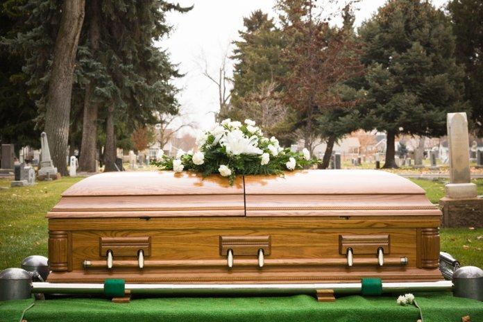 Гроб на похоронах