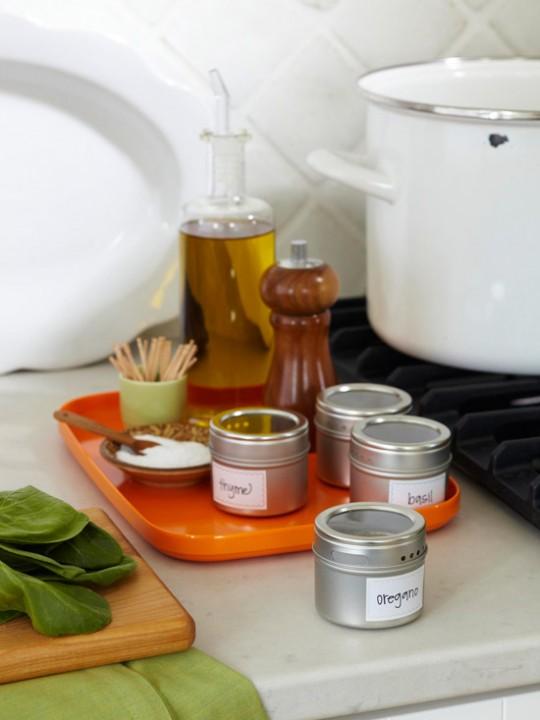 Способы хранения специй на кухне: поднос со специями