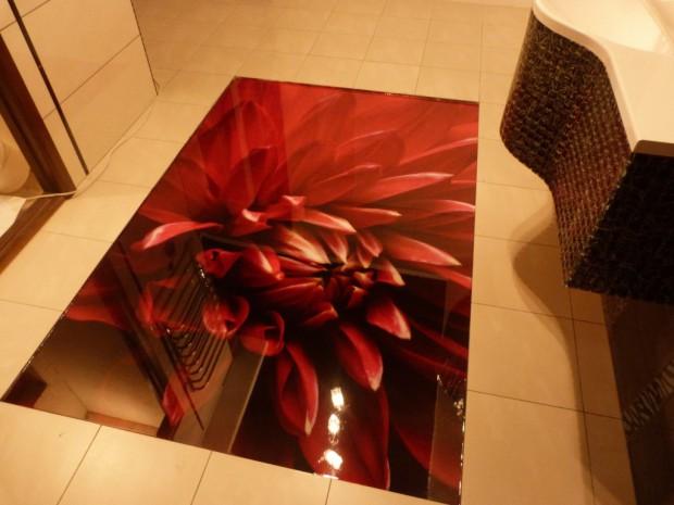 Наливной пол с рисунком красного цветка