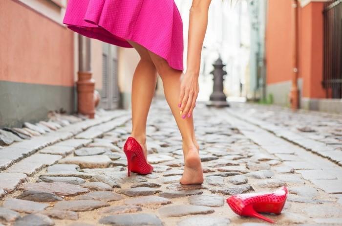 Самостоятельно можно избавиться только от скрипа каблука / Фото: medaboutme.ru