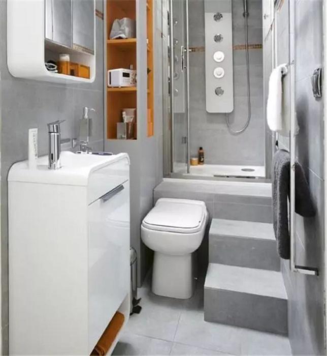 Прекрасный интерьер декорирования крошечной ванной комнаты в светлых оттенках.
