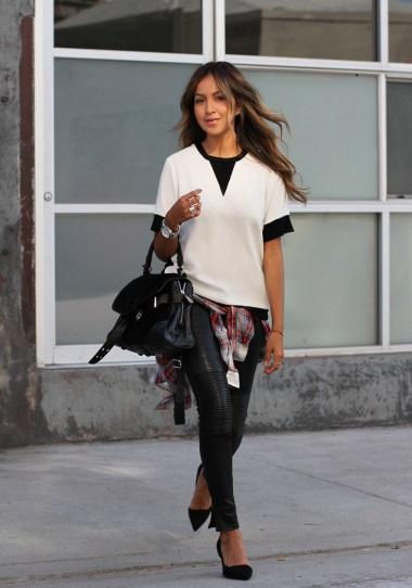 Девушка в кожаных штанах и белой кофте