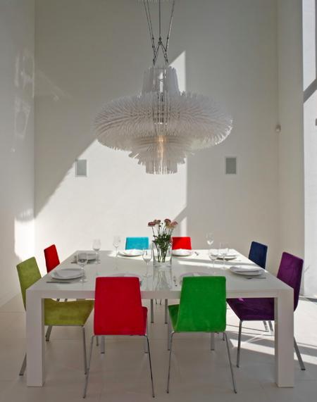 Яркое обновление: 12 идей для вашей кухни с разноцветными стульями фото 6