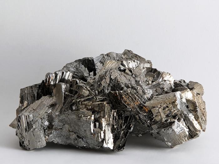 Арсенопирит  Арсенопирит является главным рудным минералом для получения мышьяка и его соединений. Его часто называют золотом для дураков. Приняв его за золото, его берут с собой. Если после контакта с минералом тщательно не вымыть руки и начать ими готовить еду или есть, это может привести к серьезным последствиям. При незначительной концентрации можно отделаться лихорадкой, потерей аппетита и бессонницей, большие дозы грозят рвотой, снижением давления, обезвоживанием и другими нарушениями в работе организма.