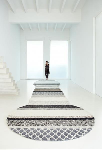 Вязаный полосатый ковёр от Patricia Urquiola