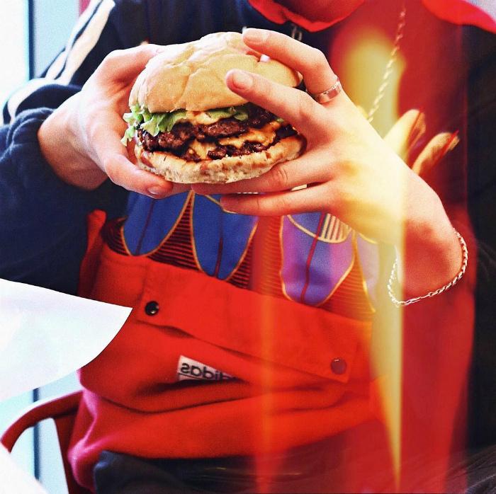 Как держать бургер.