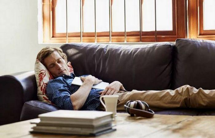 Не выспался?: пей кофе и разреши себе короткий сон.