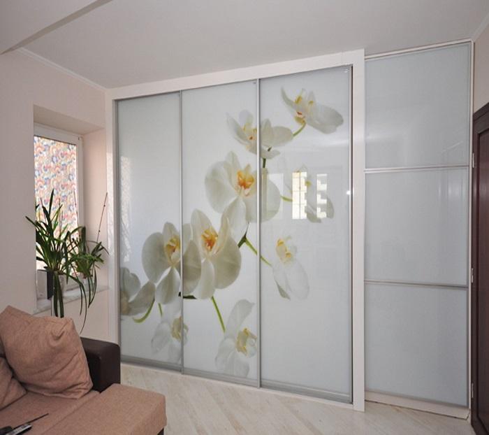 Шкафы-купе с рисунком лучше заменить на мебель с распашными дверцами. / Фото: studio-grand.my1.ru