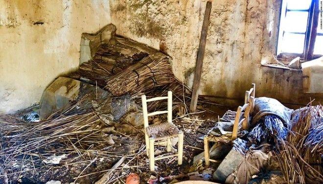 Внутри дома засыпаны мусором и тоже разрушаются