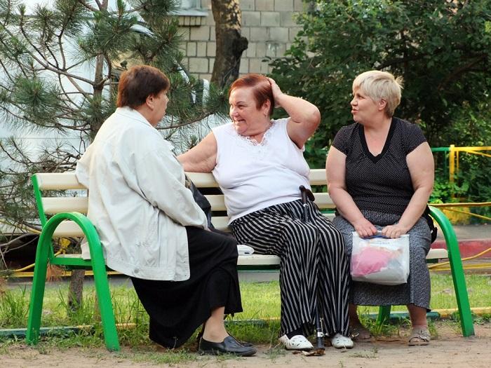 Тетки часто собираются возле подъезда, чтобы обсудить прохожих. / Фото: fotokonkurs.ru