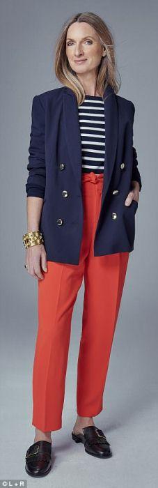 Темно-синий пиджак с тельняшкой и красными брюками.