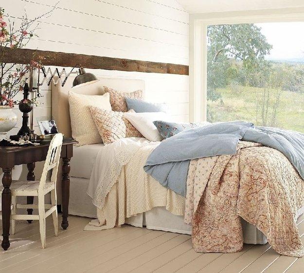 В комнатах можно размещать украшения, гармонирующие с деревьями за окном
