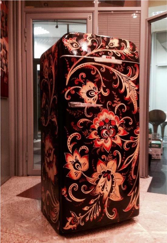 Холодильник с наклейкой в стиле хохлома