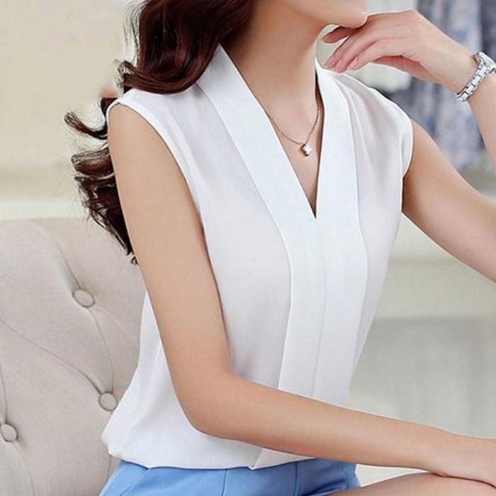 Белая, без рукавов блузка, идеально подойдет для романтического свидания.
