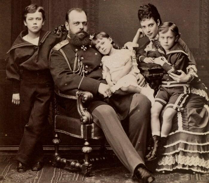 Мария Фёдоровна и Александр III с детьми. / Фото: www.rct.uk