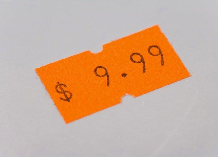 Липкие ценники не стоит соскребать ножом, чтобы не оставить некрасивые царапины на поверхности вещи. /Фото: s3-production.bobvila.com