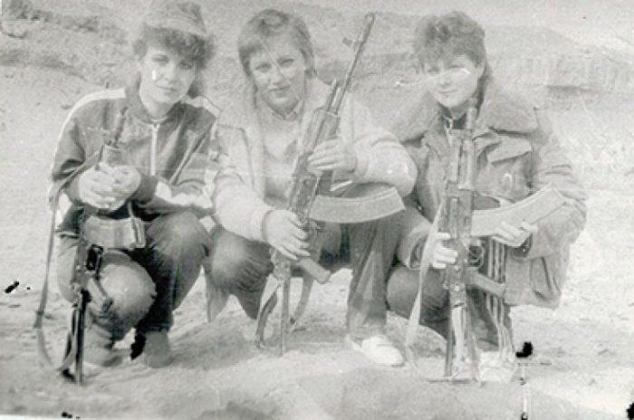 Хирургическая медсестра Светлана Романенко (в центре) с сослуживицами. /Фото: tomskw.ru