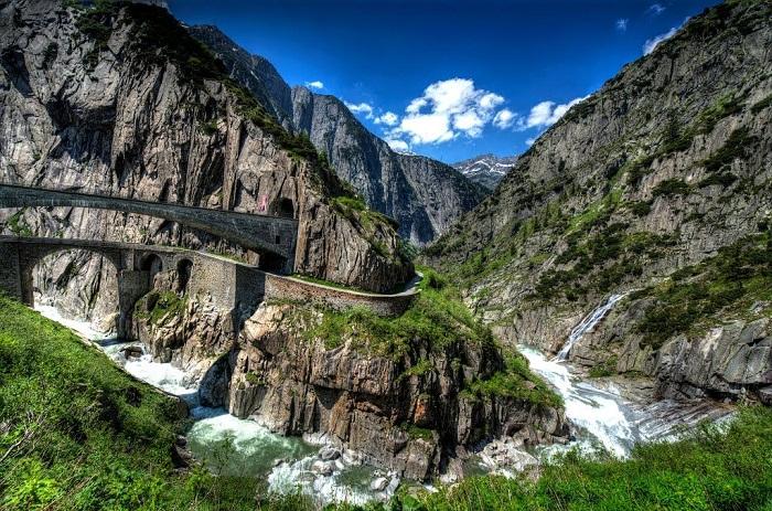 Дьявольский мост Тейфельсбрюкке находится в самом живописном месте Швейцарских Альп.