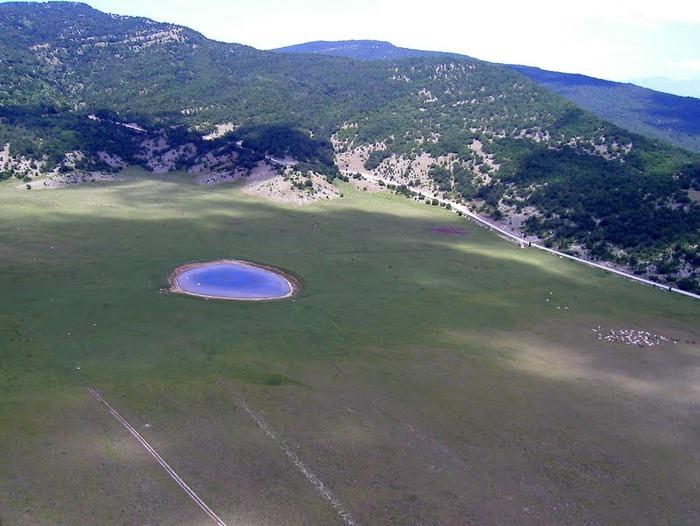 По мнению шведского геолога Йенса Ормо - это не что иное, как кратер от падения метеорита.