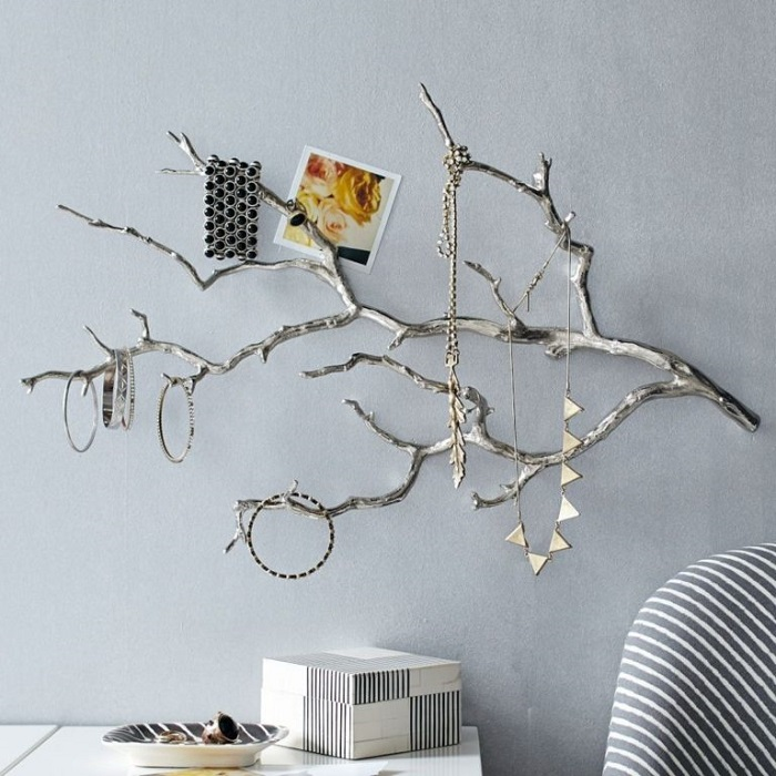 Из деревянной ветки получится отличная подставка для украшений. / Фото: domsmam.com