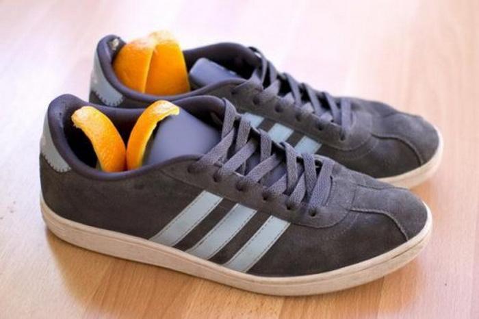 Кожура апельсина или лимона избавит обувь от запаха.