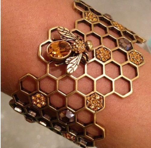 20. Золотой браслет с янтарем в виде медовых сот (500x492, 200Kb)