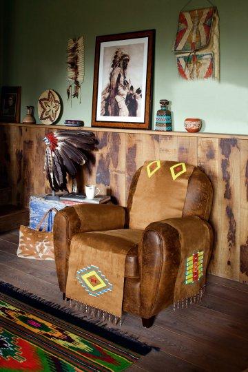 Fauteuil club cuir recouvert de tissu en simili daim et perlé avec des motifs indiens