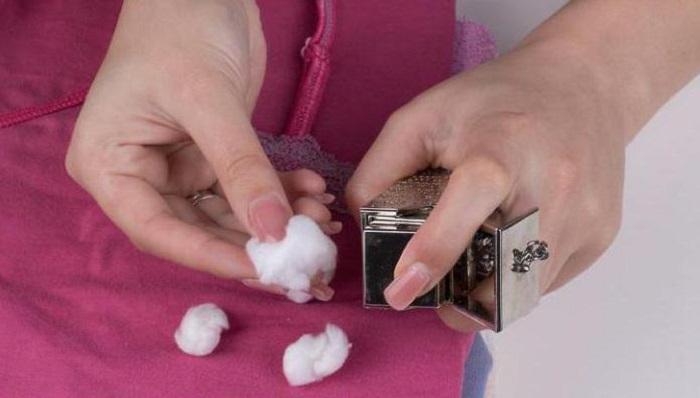Долгое время одежда будет пахнуть любимыми духами, если пустой флакончик разместить в шкафу / Фото: uk.deborahnormansoprano.com