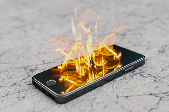 От чего вреда больше: палящего солнца или перегретого телефона? /Фото: thenypost.files.wordpress.com