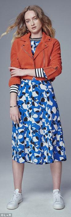 Платье с пестрым синим принтом и красный однотонный жакет.