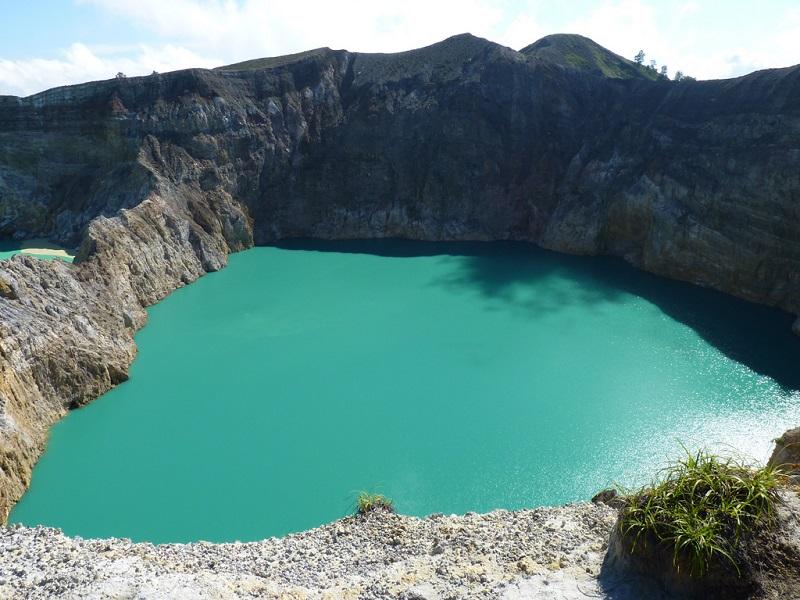 Смотреть Разноцветные озера вулкана Келимуту, Индонезия видео