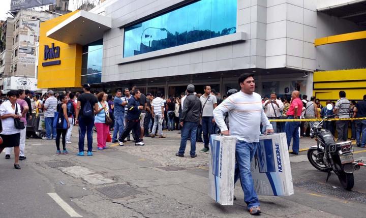 daka49n Социалистическая «оккупация» в Венесуэле: Армия захватила магазины и раздает товары почти бесплатно