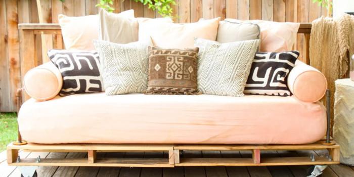 Удобный диванчик из деревянных поддонов для дачного участка, который позволят эффективно организовать и ярко украсить пространство.