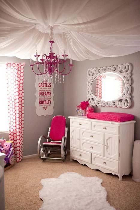 Ткань в комнате девочки.