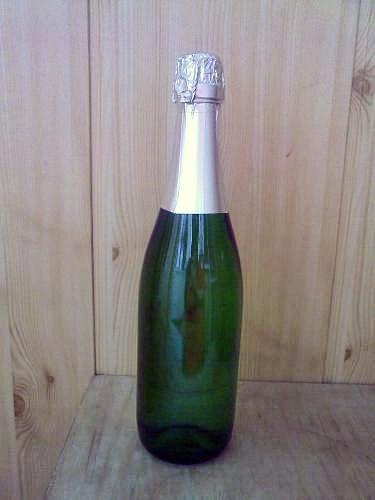 Подготовьте бутылку шампанского, очистивши ее от этикетки
