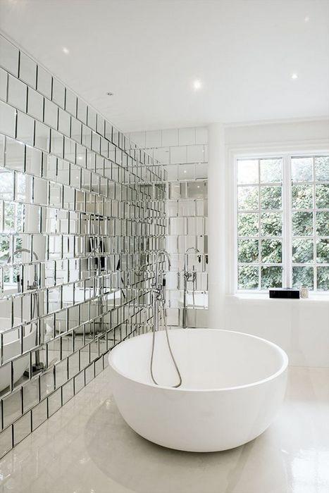 3. Зеркальная плитка в интерьере ванной комнаты.