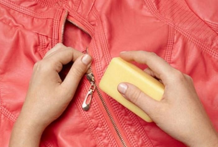 Регулярно смазывайте молнию мылом, воском, парафином или графитом / Фото: 4.404content.com