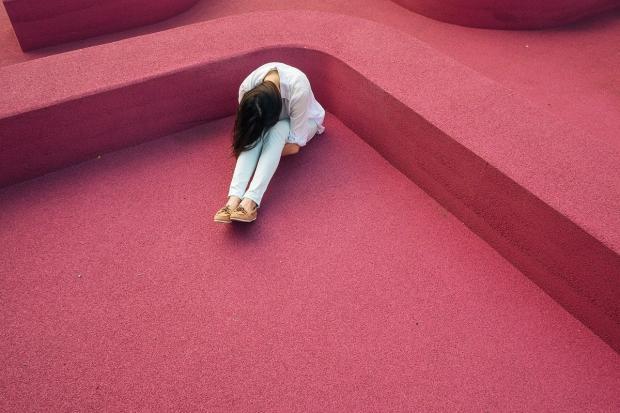 одинокая девушка спряталась в углу
