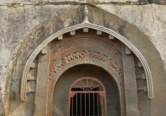 Пещерные храмы Барабар в Индии.