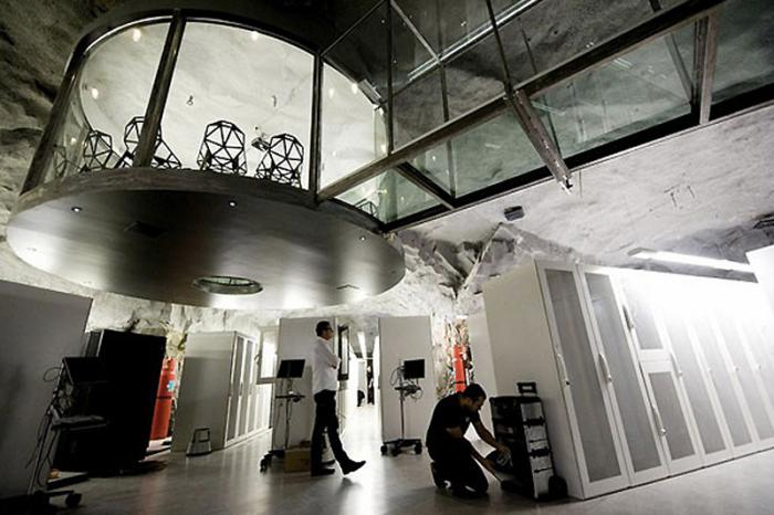 Офис Wikileaks, Швеция Штаб-квартира некоммерческой организации Wikileaks в Стокгольме заняла бывший военный бункер времен «холодной войны». Помещение располагается на глубине 30 метров под землей. От вражеского вторжения и природных катаклизмов офис защищают двери из стали толщиной 50 см и стены из натурального гранита. В качестве аварийных генераторов в офисе используются двигатели от подлодок.