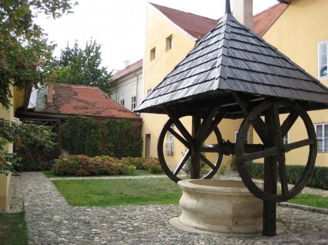 Великолепный домик для колодца в старинном стиле