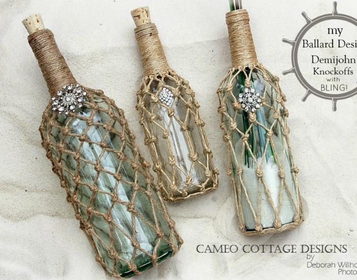 Декоративные бутылочки с яркими камнями и крупами внутри, украшенные плетением из ниток.
