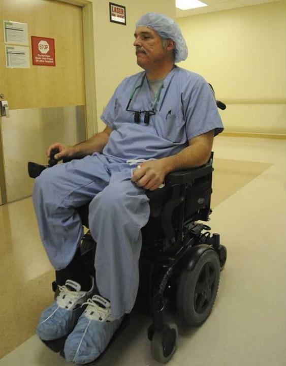 Парализованный хирург нашел способ вернуться на работу