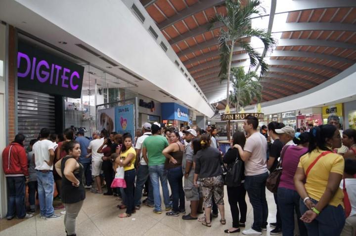 11113mgtacompras2 Социалистическая «оккупация» в Венесуэле: Армия захватила магазины и раздает товары почти бесплатно