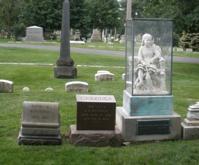 Могила Инес Кларк, на которой установлен памятник, нагоняющий жуть-тоску.